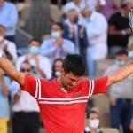 """El serbio Novak Djokovic, número uno del mundo y flamante campeón de Roland Garros, constató que """"sigue a la caza"""" de Rafa Nadal y Roger Federer; ambos con 20 """"grandes"""", uno menos que el serbio, y destacó el alto nivel de juego del tenista español, al que venció en semifinales."""