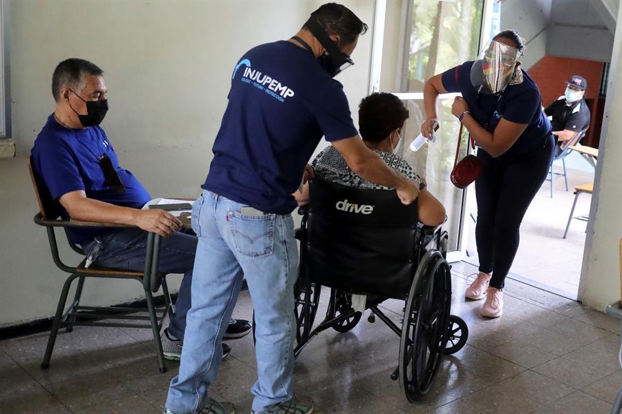Las autoridades sanitarias de Honduras reportaron este 954 nuevos contagios por COVID-19, por lo que el país sumó 240 mil 382 casos; esto casi quince meses de pandemia.