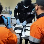 Una ciudadana colombiana fue detenida en el Aeropuerto La Aurora al tratar de ingresar al país con 36 bolsas con cocaína. Agentes de la Policía Nacional Civil -PNC- y fiscales del Ministerio Público -MP-, coordinaron el operativo.