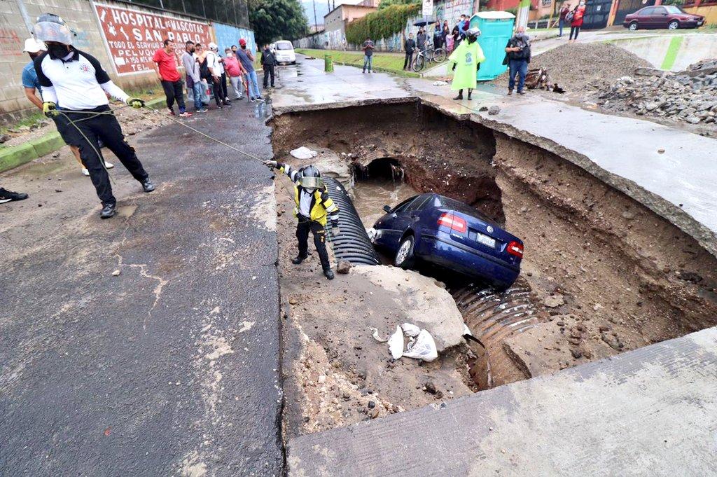 Un video captó el momento preciso en que un carro se hunde en un hoyo en una calle inundada en el municipio de Mixco, Guatemala.