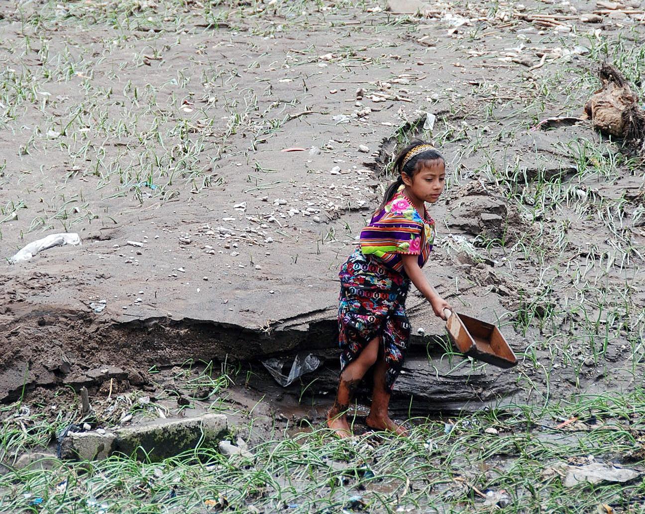Agricultores de Quetzaltenango han reportado problemas en sus cultivos debido a que la fuerte lluvia ha ocasionado deslaves y estos han dañado hortalizas; además en campos con sembradíos de maíz, frijol, haba y papa entre otros.