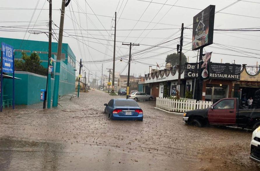 Como cada año, la época de lluvias provocan estragos y dejan pérdidas millonarias en Quetzaltenango. La población de Xela ya enfrenta una serie de problemas como inundaciones de calles y avenidas; deslaves, viviendas, pérdidas económicas y comercios inundados.