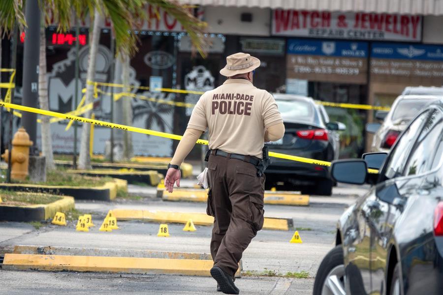 El número de fallecidos por el tiroteo ocurrido en el condado de Miami-Dade, se elevó a tres. De acuerdo a la policía de dicho lugar, este suceso cobró la vida de una mujer que alojaba una bala en su cerebro.