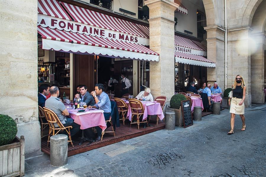 Francia ha retomado el turismo extranjero coincidiendo con el inicio de una nueva fase que supone el levantamiento de muchas restricciones. Estas habían impedido durante más de siete meses servir en el interior de bares y restaurantes por la pandemia.