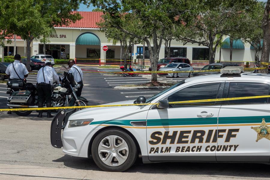 Una abuela y su nieto murieron a manos de un hombre que les disparó en un supermercado de Florida, Estados Unidos. Este se quitó la vida luego de haber llevado a cabo el tiroteo.