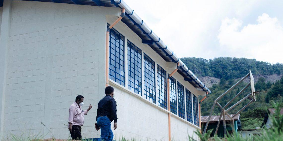 Autoridades supervisaron los trabajos de ampliación de la escuela primaria de la aldea Chinama; en el recorrido participaron el gobernador de Alta Verapaz, Romel Manuel Véliz Castro, y el alcalde de Lanquín, Roberto Pop Mo.
