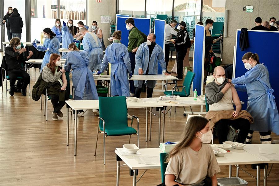 Los contagios por coronavirus continúan bajando en Alemania, ya sólo tres distritos de 412 superan los 50 infectados. Además sube el número de personas que han recibido la pauta completa de la vacuna así como la primera dosis.
