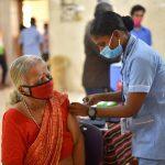 India comenzó a vacunar de forma gratuita a toda la población mayor de 18 años contra el coronavirus. Mientras las infecciones continúan a la baja con 53 mil 256 casos registrados en las últimas horas.