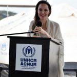 Angelina Jolie, enviada especial de la Agencia de la ONU para los refugiados -ACNUR-, visitó a refugiados y desplazados internos en Burkina Faso, África Occidental. Esto, sobre todo, para conmemorar el Día Mundial del Refugiado.
