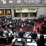 Con 137 votos a favor, el Congreso de la República aprobó conocer, de urgencia nacional, la iniciativa 5933; esta es la ley de exención de responsabilidad por la vacuna contra el COVID-19.