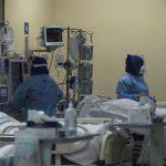 Los pacientes ingresados en unidades de cuidados intensivos cayeron en Chile por debajo de los 3 mil por primera vez; esto desde mayo hasta los 2 mil 994. Mientras que el número de casos activos fue de 23.242, la cifra más baja desde febrero, informaron este miércoles las autoridades sanitarias.