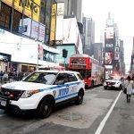 La Policía de Nueva York -NYPD- anunció que busca al autor de un tiroteo ocurrido ayer por la tarde en la turística plaza de Times Square; el incidente dejó herido a un trauseúnte, que tuvo que ser trasladado a un hospital cercano, aunque no se teme por su vida.