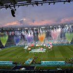 """El tenor italiano Andrea Bocelli emocionó este viernes a los 16 mil espectadores presentes en el estadio Olímpico de Roma al cantar el aria """"Nessun Dorma""""; esto en la inauguración de la Eurocopa acompañado por un espectáculo pirotécnico y una coreografía con 24 globos fluctuantes."""