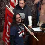 Un hombre que irrumpió en el Senado de Estados Unidos con una bandera de la campaña del expresidente Donald Trump se declaró culpable; esto por un cargo relacionado con el asalto al Capitolio el 6 de enero, en un caso que podría sentar un precedente para el resto de detenidos.