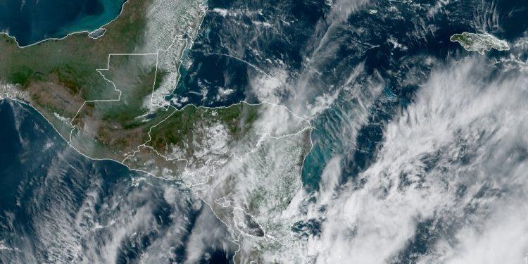 Las lluvias continuarán en los próximos días. Esto debido a un sistema de baja presión en el sur de las costas de El Salvador tiene una probabilidad baja de intensificarse a depresión tropical; así lo informó el Instituto Nacional de Sismología, Vulcanología, Meteorología e Hidrología -Insivumeh-.
