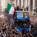 La selección de Italia celebró este lunes su triunfo al recorrer el centro de Roma a bordo de un autobús descubierto; esto ante miles de aficionados que se echaron a la calle para expresar su gratitud.