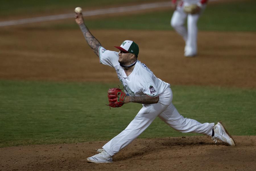 Los lanzadores Héctor Velázquez y Sammy Solís resultaron positivos por COVID-19; ahora se encuentran aislados del resto de los miembros de la selección olímpica mexicana de béisbol, informó este lunes la federación mexicana.