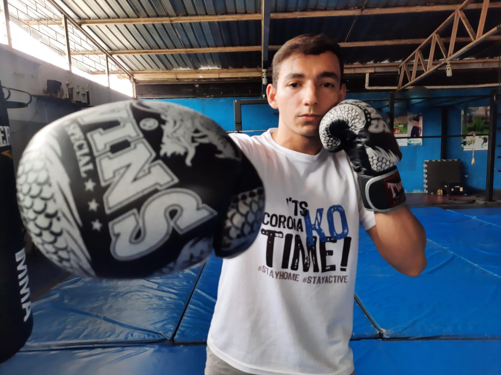 Un atleta mazateco busca apoyo económico para pagar los costos del viaje a Italia para participar en el mundial de Kickboxing.