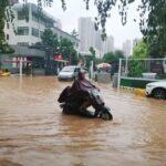 Las lluvias que ha sufrido en los últimos tres días la provincia central china de Henan han dejado ya al menos 25 muertos. Además de siete desaparecidos y escenas sobrecogedoras de gente atrapada con el agua hasta el pecho, en vagones de metro inundados.