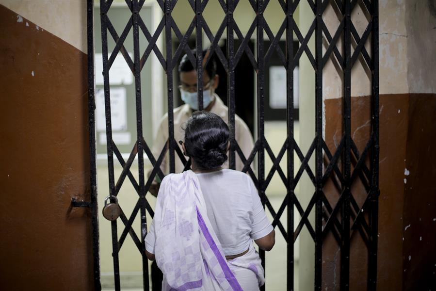 La India reportó 3 mil 998 nuevas muertes por coronavirus. Esto después de que el estado de Maharashtra, uno de los más afectados del país, rectificó los datos. Sumando así miles de nuevos fallecidos que se contabilizaron en el pasado.