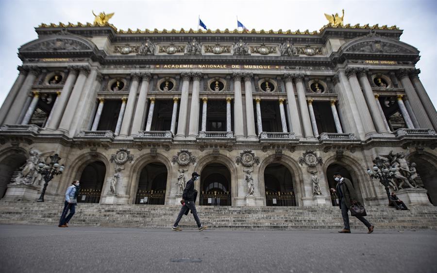 Francia impone la presentación del certificado sanitario a todos los que quieran acceder a los cines, teatros y museos. Así como a cualquier evento cultural o espectáculo, deportivo o de otro tipo, que reúna a más de 50 personas.