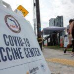 El rápido avance de la variante delta del COVID-19 en Estados Unidos está empezando a forzar a las empresas a reconsiderar regresar a la normalidad. Algunas han retrasado ya el regreso a las oficinas. Alimentando, a la vez, el debate sobre la posibilidad de exigir a los empleados que se vacunen.