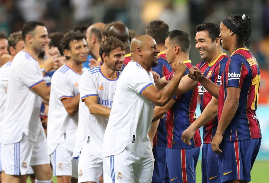 """Los equipos """"Leyendas"""" del Barcelona y el Real Madrid, con astros como Ronaldinho, Rivaldo o Figo y Roberto Carlos, jugaron este martes un disputado 'clásico'; fue un juego de exhibición que los merengues ganaron por un ajustado 2-3, deleitando al público que casi llenó el estadio Bloomfield de Tel Aviv."""