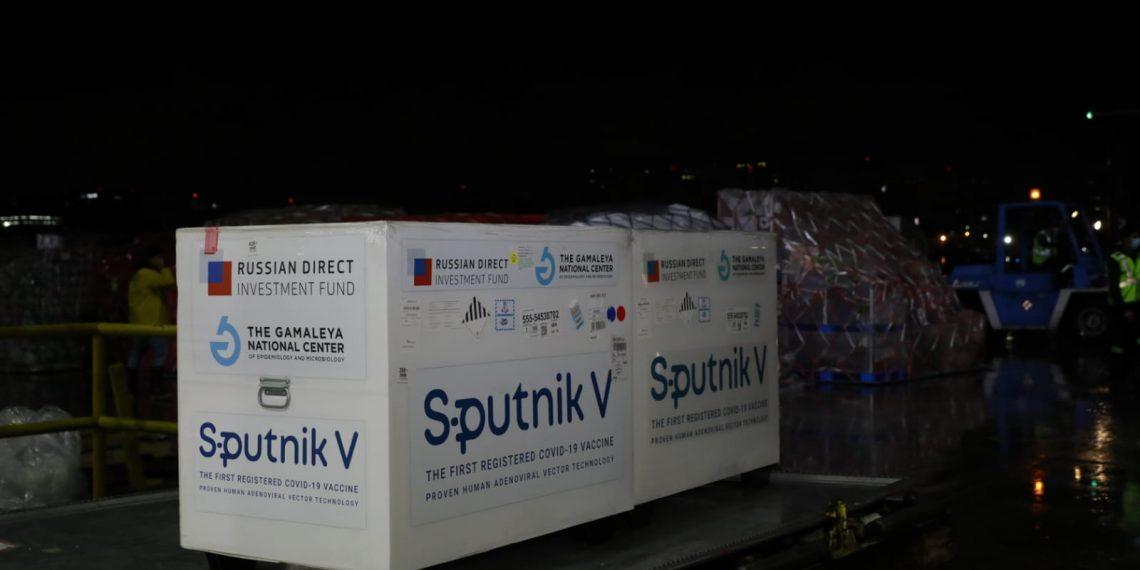 Un nuevo lote de 100 mil vacunas Sputnik V arribó anoche a nuestro país. Autoridades del Ministerio de Salud Pública y Asistencia Social -MSPAS-, con el acompañamiento de la Embajada de Rusia recibieron el envío.