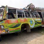 Al menos 29 personas murieron y otras 35 resultaron heridas este en un accidente, cuando el autobús en el que viajaban chocó con un camión en el este de Pakistán.