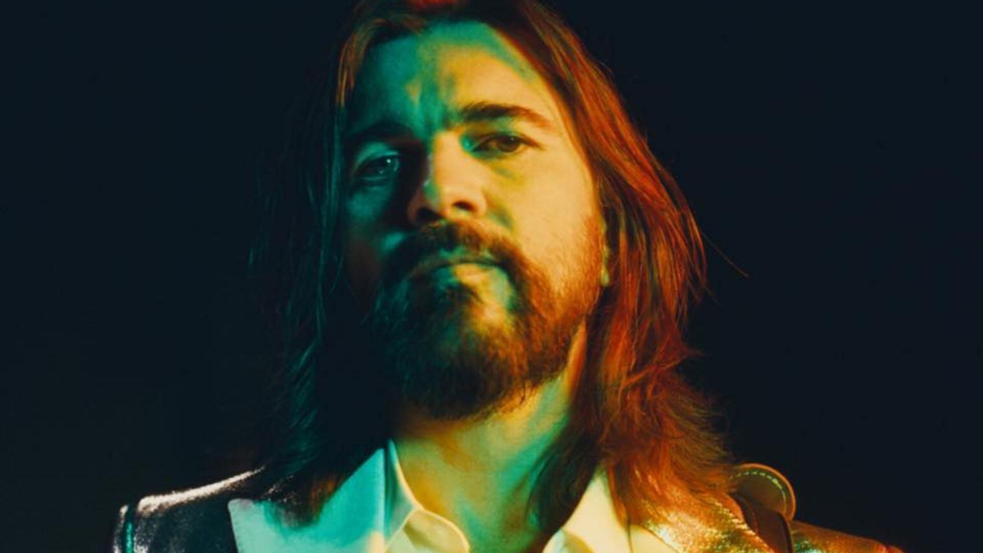 """Juanes lanzó, en asociación con Facebook, el video oficial de """"La Bilirrubina"""". La canción se desprende de su exitoso y más reciente álbum """"Origen""""."""