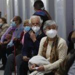 Las autoridades sanitarias de Chile rechazaron suspender el uso obligatorio de la mascarilla en exteriores, pese a que la pandemia sigue remitiendo. La tasa nacional de positividad de las últimas 24 horas fue la más baja desde el inicio de la crisis.