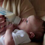 La lactancia materna proporciona la mejor nutrición para tu bebé y es la manera más recomendada de alimentar a un recién nacido, sin embargo, algunos factores pueden hacerte considerar la alimentación con fórmula.