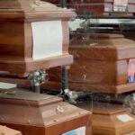 Casi mil ataúdes se amontonan en los pasillos del cementerio de los Rotoli de Palermo, donde se deterioran debido al sol y a las altas temperaturas; y algunos de ellos han llegado a desprender líquidos e incluso a estallar por los procesos químicos de descomposición.