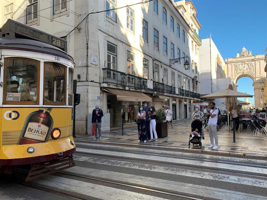 """Las autoridades de Portugal comunicaron este lunes que se ha eliminado el uso obligatorio de la mascarilla en las calles. Esta medida ha sido considerada por muchas personas que llega en el """"momento adecuado"""" debido al avance de la vacunación."""