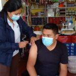 Varios vendedores del mercado central de Sololá recibieron la vacuna contra el COVID-19, dentro de sus propios locales comerciales.