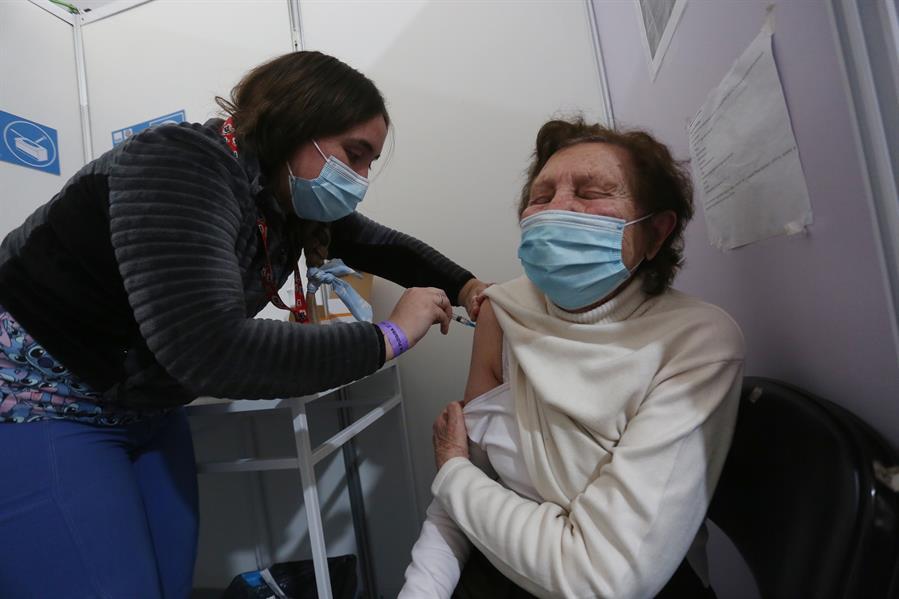 """El ministro de Salud de Chile, Enrique Paris, defendió la tercera dosis contra el COVID-19 que lleva a cabo el país; tan solo un día después de que un estudio, que contó con la participación de científicos de la OMS, indicara que no es algo """"apropiado""""."""