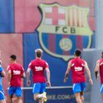 El delantero neerlandés Luuk de Jong pasó la revisión médica como nuevo jugador del Barcelona en el Hospital de Barcelona; posteriormente entrenó por primera vez con sus nuevos compañeros en la Ciutat Esportiva Joan Gamper.