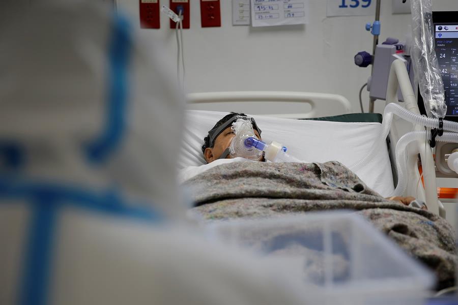 """El Salvador reporta un incremento en las hospitalizaciones por el coronavirus debido al alza en los casos diarios registrada desde junio pasado; pero el hospital que solo atiende a pacientes con COVID-19 """"no está saturado"""", dijo este lunes el ministro de Salud, Francisco Alabí."""