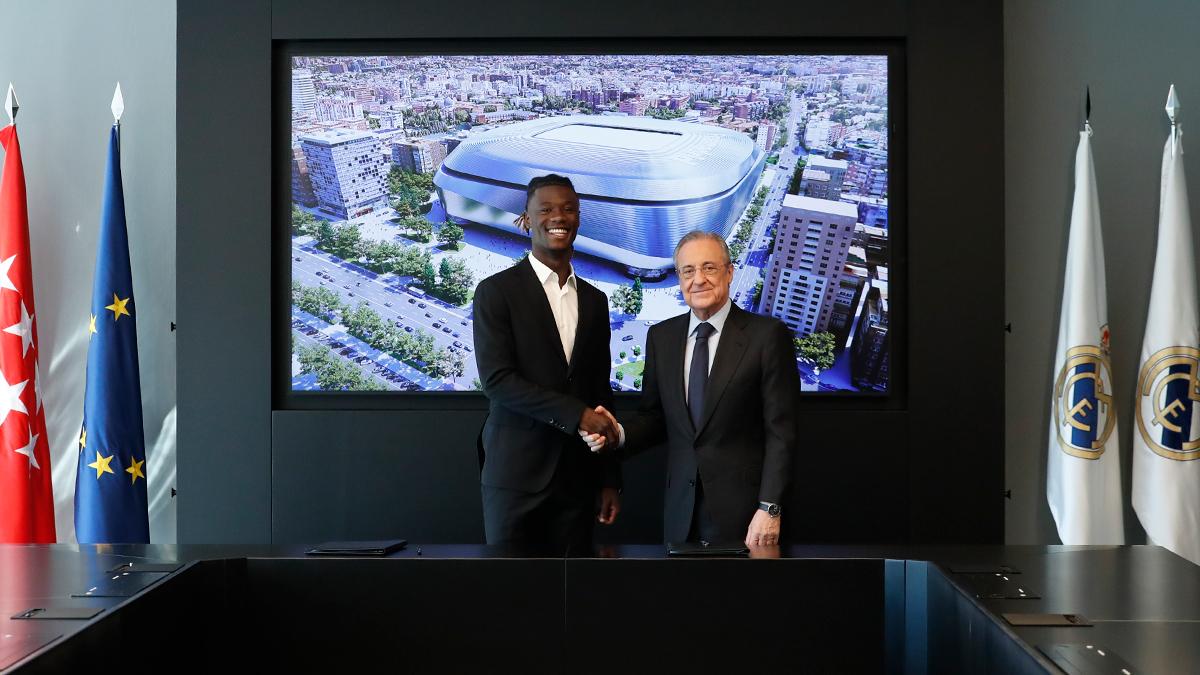 El Real Madrid presentó este miércoles al volante francés Eduardo Camavinga, último fichaje del Real Madrid, procedente del Stade Rennes; firmó junto al presidente del club Florentino Pérez, el contrato que le une al conjunto blanco hasta el 30 de junio de 2027.
