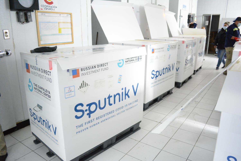 Guatemala recibió un nuevo lote de 700 mil dosis de vacunas Sputnik V procedentes de Rusia contra el COVID-19, informaron las autoridades sanitarias.