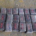En menos de 24 horas, las fuerzas de seguridad localizaron en Izabal y Petén, 775 paquetes de supuesta droga; los primeros 515 en una lancha y los restantes 260 en una avioneta que aterrizó en una pista clandestina. Los ilícitos podrían llegar a los US$10 millones.