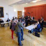 Este viernes inició el primer juicio por un contagio masivo de COVID-19; esto en la Audiencia Provincia de Viena. La acusación es contra Austria por una supuesta negligencia de las autoridades que habría provocado miles de infecciones por COVID-19 en marzo de 2020 en la estación de esquí de Ischgl.