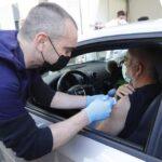 """Francia ha administrado una tercera dosis de la vacuna contra el COVID-19 a """"cerca de 400 mil personas""""; esto desde que se inició a comienzos de mes la campaña para reforzar la inmunidad de los mayores de 65 años y de otras personas con enfermedades que entrañan un riesgo."""