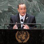 """El presidente Alejandro Giammattei, aseguró durante su intervención en la Asamblea General de Naciones Unidas que la """"única solución"""" para evitar la migración irregular es la """"construcción de muros de prosperidad"""" para la población, incluyendo una mayor inversión extranjera en el país."""