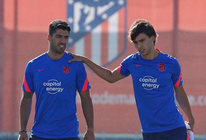 Diez días después de sufrir el edema en la rodilla contra el Villarreal, Luis Suárez ya está a disposición de Diego Simeone. El técnico del Atlético contó con él para el entrenamiento completo y al mismo ritmo del grupo donde el uruguayo demostró que está casi listo.