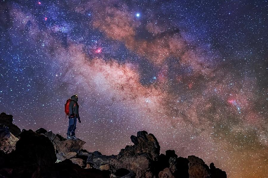 """Un grupo de astrónomos ha detectado señales de radio inusitadas que provienen en la dirección del centro de la Vía Láctea; estas no corresponden a alguna pauta conocida de fuente de radio, según un artículo que publica este martes la revista especializada """"Astrophysical Journal""""."""