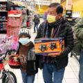 Un total de 42 niños y adolescentes de Quetzaltenango, que han tenido que trabajar en las calles para ayudar al sustento de la familia, se olvidaron de ese panorama; salieron de compras y a degustar de un buen desayuno que todo niño anhela.