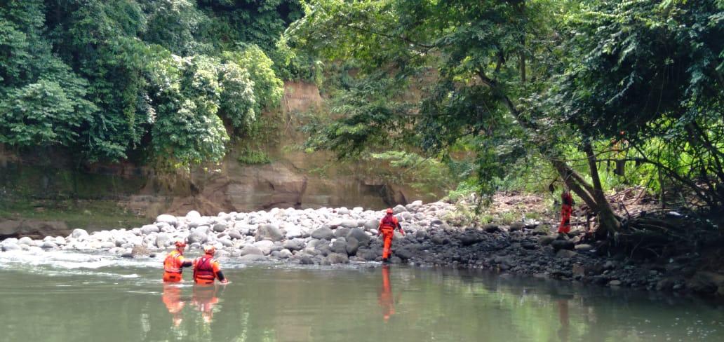 La niña Andrea Cecilia Pérez, de 3 años, quien fue arrastrada por un río junto a su hermana y su madre, en Suchitepéquez, sigue sin aparecer. Los cuerpos de socorro continúan con la búsqueda luego del incidente ocurrido el pasado jueves 7 de octubre.