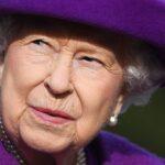 """La reina Isabel II, de 95 años, se encuentra """"descansando"""" y lleva a cabo """"tareas ligeras"""" tras su alta hospitalaria. Esto después de haber permanecido ingresada la noche del miércoles para ser sometida a """"exámenes preliminares"""", aseguran este viernes medios locales."""
