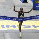 El keniano Benson Kipruto ganó este lunes el Maratón de Boston retrasado por la pandemia del coronavirus; esto ahora que la carrera regresó de una ausencia de 30 meses y se trasladó al otoño por primera vez en sus 125 años de historia.
